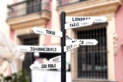 Cartello con i nomi delle città importanti universalmente fotografie stock libere da diritti