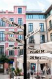 Cartello con i nomi delle città importanti universalmente fotografia stock libera da diritti
