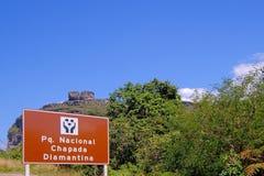 Cartello del Parque Nacional Chapada Diamantina, Portoghese per il parco nazionale, sulla strada a Lencois, la Bahia, Brasile immagini stock