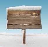 Cartello di legno con meno neve e cielo blu Fotografie Stock Libere da Diritti