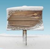 Cartello di legno con neve e cielo blu Immagine Stock Libera da Diritti