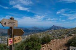 Cartello di legno per le viandanti in Mallorca lungo il GR 221 Immagini Stock