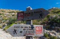 Cartello di legno per le viandanti in Mallorca lungo il GR 221 Immagine Stock