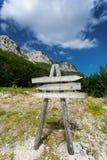 Cartello di legno sul percorso all'alta montagna Fotografia Stock
