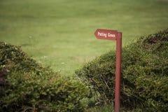 Cartello di verde di picchiettio di un campo da golf immagini stock