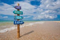 Cartello fatto a mano sulla spiaggia tropicale dentro Fotografia Stock