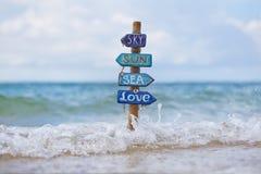 Cartello fatto a mano sulla spiaggia tropicale dentro Immagine Stock