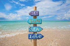 Cartello fatto a mano sulla spiaggia tropicale dentro Immagini Stock Libere da Diritti