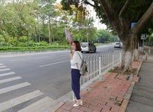 Cartello intermedio dell'alloggio femminile da vendere in bordo della strada, Guangzhou, porcellana Immagini Stock Libere da Diritti
