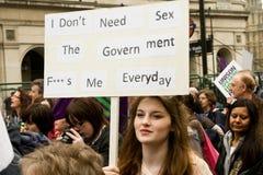 Cartello in modo divertente nella dimostrazione di Londra fotografia stock