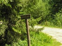 Cartellone pubblicitario sul sentiero forestale carpatico Fotografia Stock Libera da Diritti