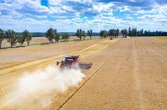 Cartels et tracteurs travaillant au champ de blé photos stock