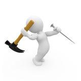 caráter 3D que bate o prego com martelo Fotografia de Stock Royalty Free