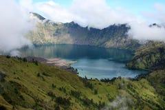 Carter jezioro mt Rinjani w chmurach Zdjęcie Royalty Free