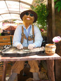 Caráter movente bávaro que joga a cítara Fotografia de Stock Royalty Free