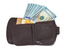 Cartera abierta con un billete de dólar que se pega hacia fuera y la tarjeta de crédito, ISO Fotografía de archivo libre de regalías