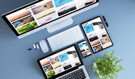 cartera azul de la foto de los dispositivos de la visión superior fotos de archivo