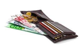 Cartera con el dinero, las monedas y la tarjeta de crédito euro en blanco Fotografía de archivo libre de regalías