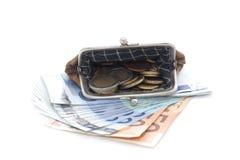 Cartera con las monedas y los billetes de banco euro en el fondo blanco Imágenes de archivo libres de regalías
