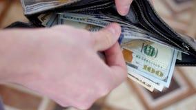 Cartera con los dólares americanos dentro metrajes