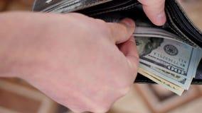 Cartera con los dólares americanos dentro almacen de metraje de vídeo