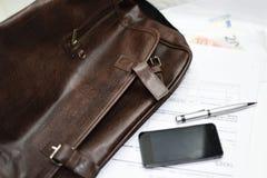 Cartera con los documentos, la pluma y el teléfono móvil Imágenes de archivo libres de regalías