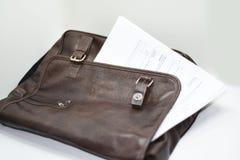 Cartera con los documentos, la pluma y el teléfono móvil Foto de archivo libre de regalías