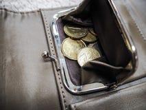 Cartera de Brown con las monedas euro fotos de archivo