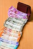 Cartera de cuero con el indio a estrenar 10, 50, 100, 200, 500, 2000 rupias de billetes de banco imagenes de archivo