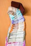 Cartera de cuero con el indio a estrenar 10, 50, 100, 200, 500, 2000 rupias de billetes de banco foto de archivo