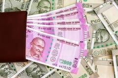 Cartera de cuero con el indio a estrenar 2000 rupias de billetes de banco billetes de banco de 500 rupias en fondo fotos de archivo libres de regalías