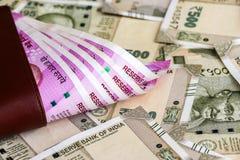 Cartera de cuero con el indio a estrenar 2000 rupias de billetes de banco billetes de banco de 500 rupias en fondo imagenes de archivo