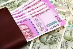 Cartera de cuero con el indio a estrenar 2000 rupias de billetes de banco billetes de banco de 500 rupias en fondo foto de archivo libre de regalías