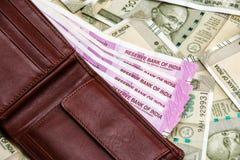 Cartera de cuero con el indio a estrenar 2000 rupias de billetes de banco billetes de banco de 500 rupias en fondo imagen de archivo libre de regalías