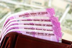 Cartera de cuero con el indio a estrenar 2000 rupias de billetes de banco billetes de banco de 500 rupias en fondo fotos de archivo