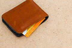 Cartera de cuero con la tarjeta adulta en la madera Fotos de archivo libres de regalías