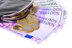 Cartera de cuero con los billetes de banco y las monedas euro Imagenes de archivo