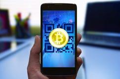 Cartera móvil de Bitcoin, concepto móvil en línea del pago del cryptocurrency Fotos de archivo libres de regalías