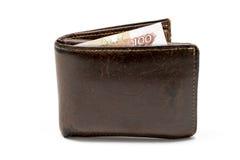 Cartera marrón de cuero vieja con cientos billetes de banco de la rublo aislados en el fondo blanco Fotos de archivo libres de regalías