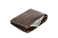 Cartera marrón de cuero vieja con cientos billetes de banco del dólar aislados en el fondo blanco Fotos de archivo