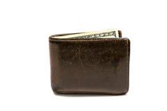 Cartera marrón de cuero vieja con cientos dólares de billete de banco aislado en el fondo blanco Fotografía de archivo