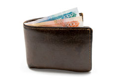 Cartera marrón de cuero vieja con un y cinco mil rublos de billetes de banco aislados en el fondo blanco Fotografía de archivo