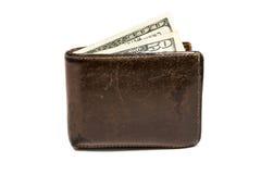 Cartera marrón de cuero vieja con un y cincuenta cientos dólares de billetes de banco aislados en el fondo blanco Imagen de archivo libre de regalías