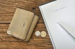Cartera marrón vieja con plan de presupuesto fotos de archivo libres de regalías