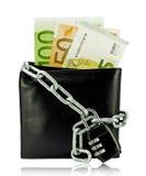 Cartera negra con el dinero atado con la cadena y el candado Imagen de archivo