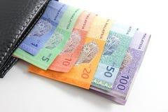 Cartera negra con los billetes de banco del ringgit de Malasia Fotos de archivo