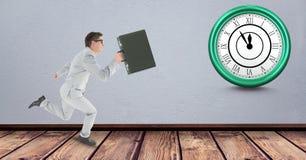 Cartera que lleva del hombre de negocios mientras que corre tarde con el reloj en fondo Imagen de archivo libre de regalías