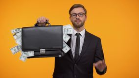 Cartera que muestra masculina con el dinero y hacer el gesto de la autorización, servicio del préstamos del día de paga almacen de metraje de vídeo