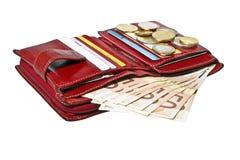 Cartera roja con las tarjetas y el dinero euro Fotografía de archivo