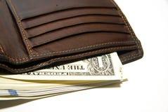 Cartera vieja con los billetes de banco de dólares de EE. UU. dentro Imagen de archivo libre de regalías